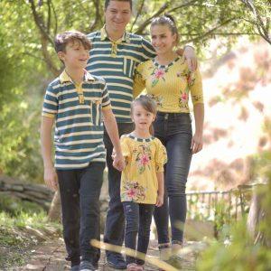 Rayas verdes y blancas con estampado amarillo playeras y blusas